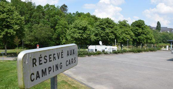 L'aire de camping car de Questembert est située dans un lieu calme et ombragé, en bordure de l'étang de Célac et proche du centre-ville. Elle est ouverte toute l'année et accessible 24/24h. Une vingtaine d'emplacements sont disponibles pour les camping caristes.