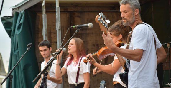 La fête de la musique a fait résonner le centre ville de Questembert vendredi 29 juin. De nombreux groupes se sont répartis sur les cinq scènes ainsi que dans six bars. Rock, jazz, soul, acoustique, musiques du monde, chorales et jams... il y en avait pour tous les goûts ! La scène ouverte Mobil'Jam a également accueilli des musiciens de tous les horizons, au grand plaisir des spectateurs.
