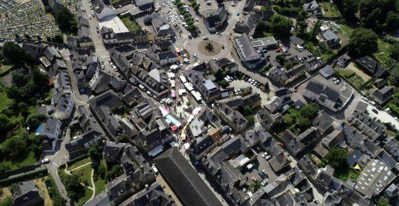 Vue aérienne sur le centre ville & le marché de Questembert ©Visual FX