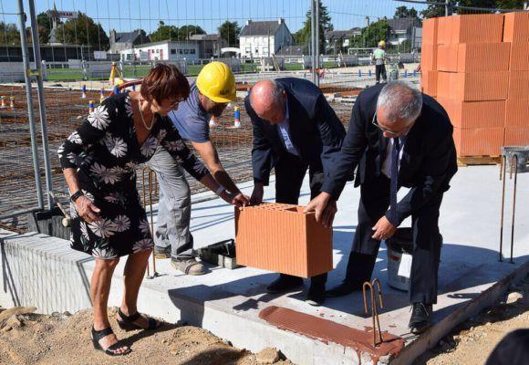 Pose de la première pierre de la nouvelle école maternelle de Questembert, en présence des enfants de moyenne section de l'école Beau Soleil. L'école sera ouverte dès la rentrée scolaire 2019.