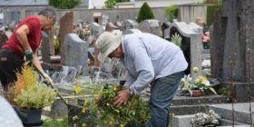 Journée citoyenne : désherbage du cimetière de Questembert.